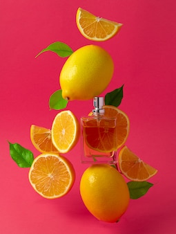 Mooie compositie met flesje parfum en citrusvruchten