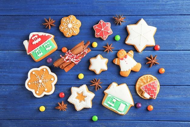 Mooie compositie met kerstkoekjes op houten tafel