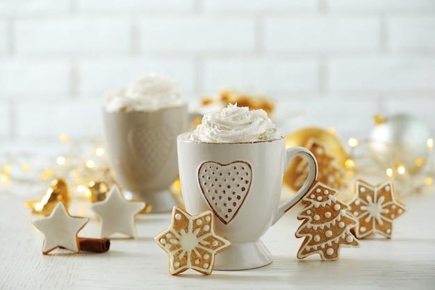 Mooie compositie met kopjes cappuccino en kerstkoekjes