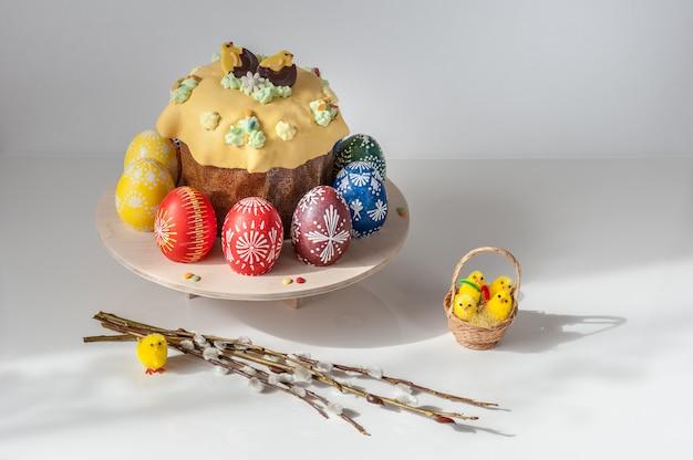 Mooie compositie met pasen cake, eieren en wilg takken. lente concept.