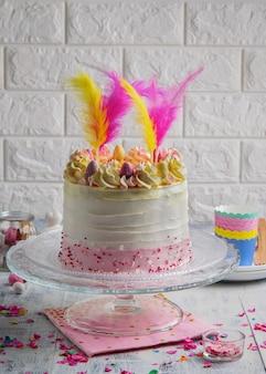 Mooie compositie met pasen layer cake met kopie ruimte.