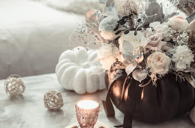 Mooie compositie van bloemen in het interieur van de kamer