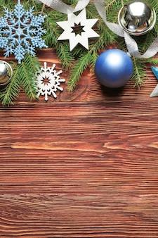 Mooie compositie van kerstdecor op houten achtergrond