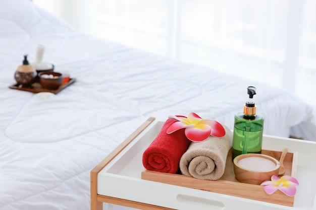 Mooie compositie van kuur op houten tafel in de kamer