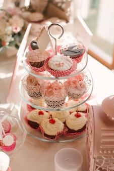 Mooie cupcakes van het huwelijk bij snoepstaaf in roze