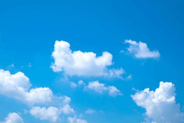 Mooie dag met heldere lucht en wolken