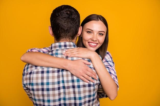 Mooie dame close-up knuffelen knappe jongen terug