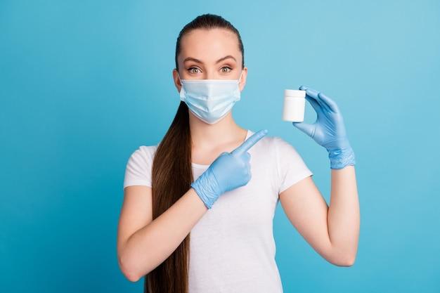 Mooie dame directe vingerfles pillen adviseren draag handschoenen beschermen gezichtsmasker t-shirt