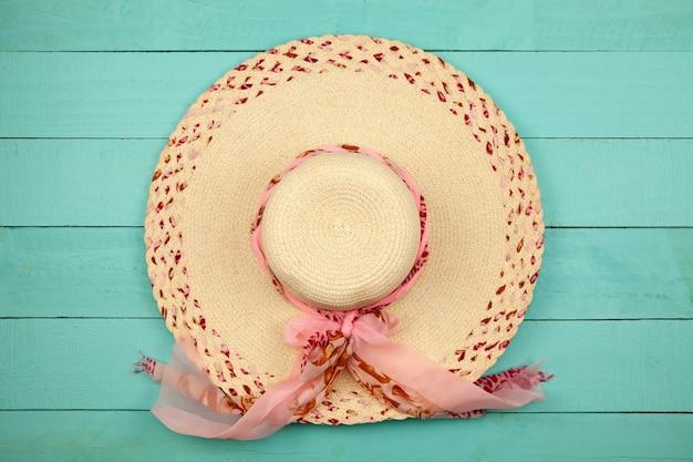 Mooie dame hoed strand op hout.