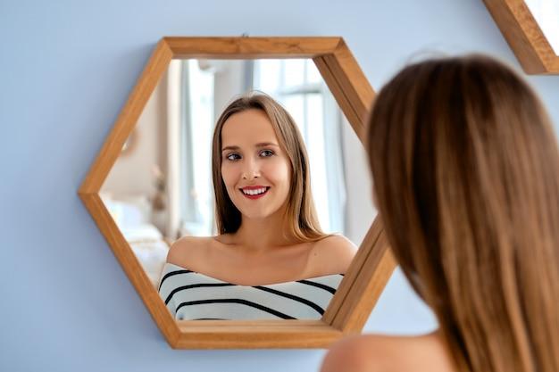 Mooie dame in de spiegel kijken