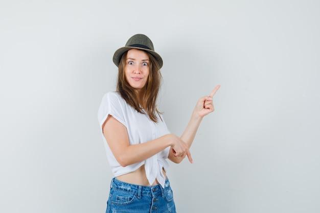 Mooie dame in witte blouse, hoed omhoog en omlaag gericht en op zoek naar verward, vooraanzicht.