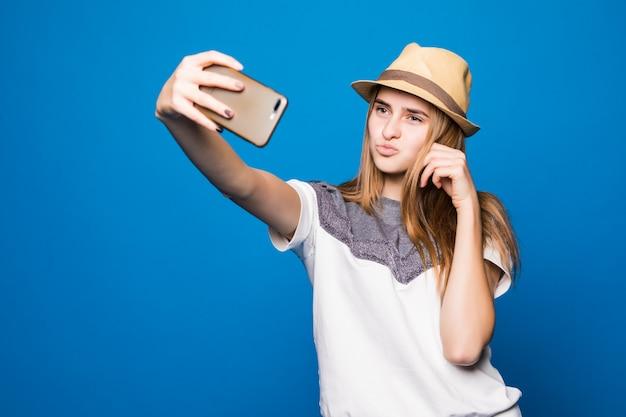 Mooie dame in witte trui probeert een goede foto te maken