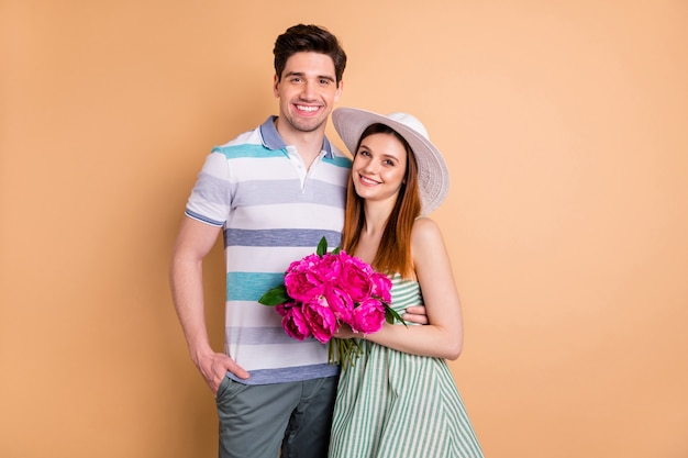 Mooie dame kerel paar vriendin houdt verse bos bloemen knuffelend