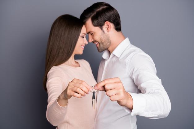 Mooie dame knappe jongen verliefd houd sleutels ketting verhuizing concept