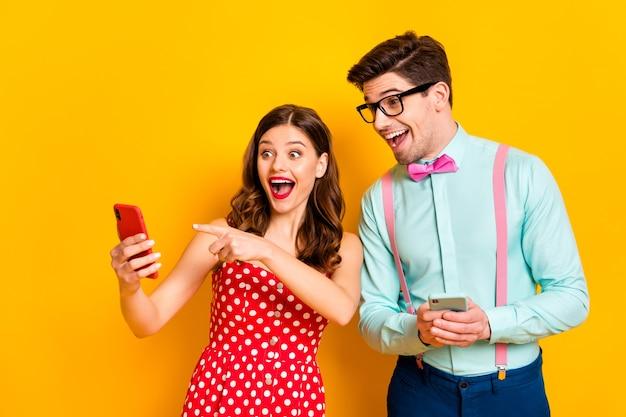 Mooie dame knappe kerel geschokt directe telefoon vinger laat grappige foto zien