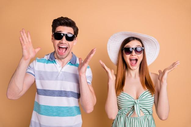 Mooie dame knappe kerel opgewonden funky stel wint gratis reisvakantie