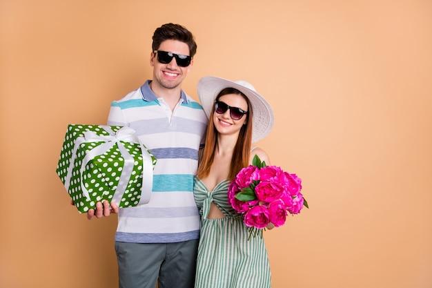 Mooie dame man paar houden verse bos bloemen grote geschenkdoos knuffelen