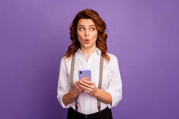 Mooie dame speler telefoon kijken geïnteresseerd