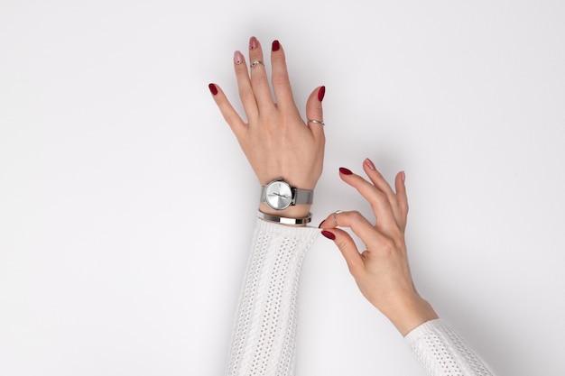 Mooie dames hand met een roze manicure in minimalistische stijl