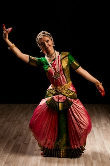 Mooie danser van indiase dans bharatanatyam