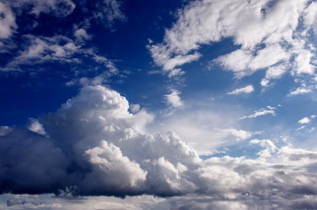 Mooie de cumuluswolken van het de zomerlandschap.
