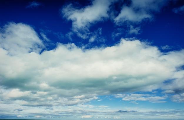 Mooie de cumuluswolken van het de zomerlandschap