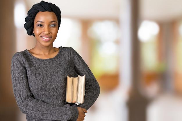 Mooie de holdingsboeken van de afro amerikaanse vrouw