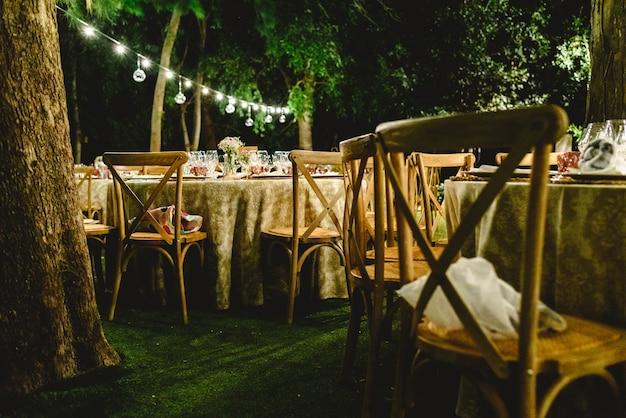 Mooie decoratie voor een nachthuwelijk, verlicht met led-lantaarns en vintage stijl-centerpieces.