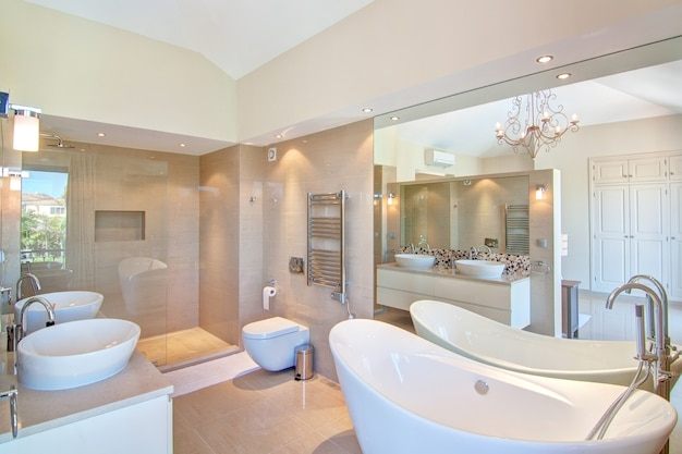 Mooie decoratieve badkamer. in de warme kleuren.