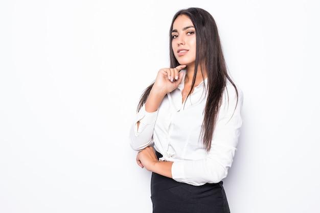 Mooie denkende bedrijfsvrouw die op wit wordt geïsoleerd
