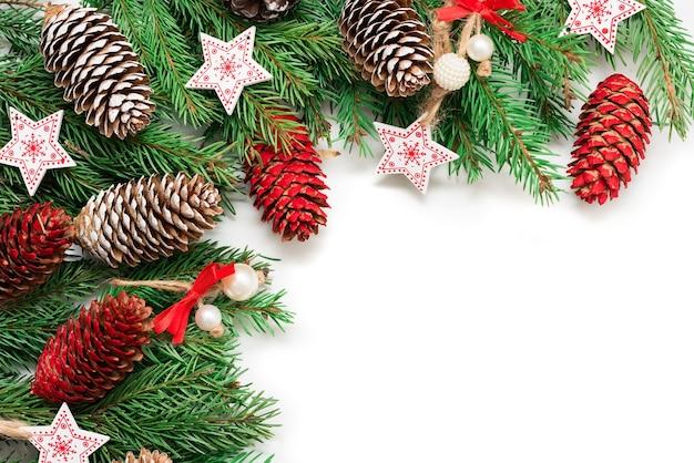 Mooie dennenappels en takken met decoratie voor het nieuwe jaar.