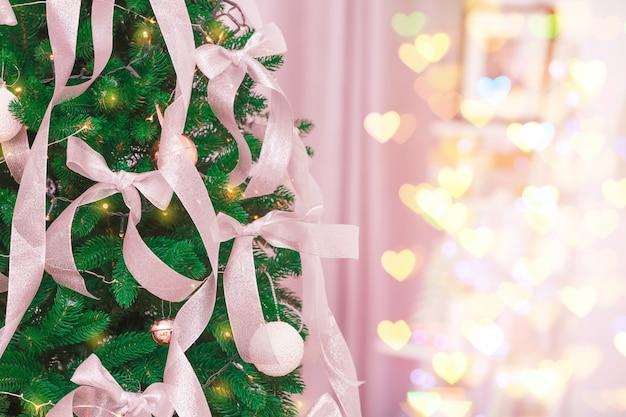 Mooie dennenboom met kerstversiering in de kamer