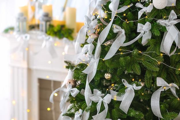 Mooie dennenboom versierd voor kerstmis, close-up