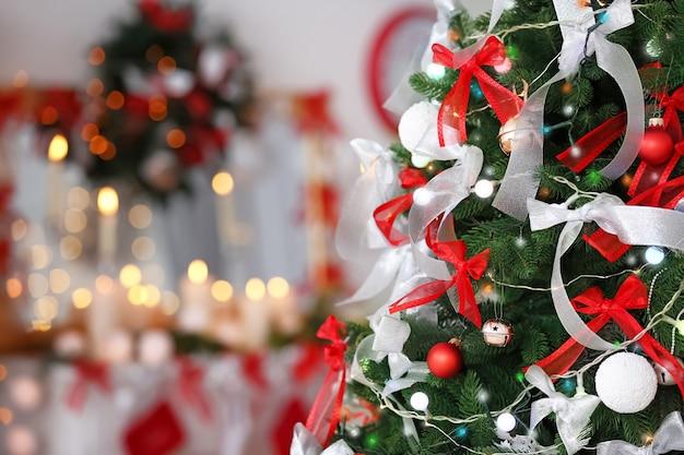 Mooie dennenboom versierd voor kerstmis, close-up Premium Foto