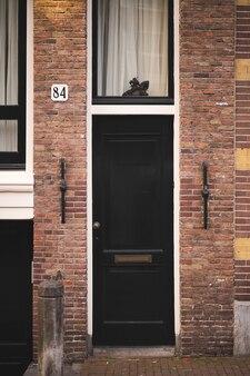 Mooie deur in een oud gebouw in het centrum van amsterdam de architectuur van de stad