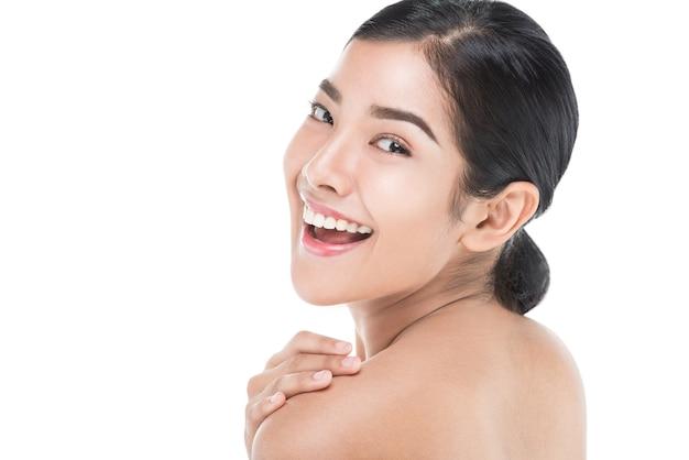 Mooie die vrouwenzorgen voor het huidgezicht op wit met het knippen van weg wordt geïsoleerd