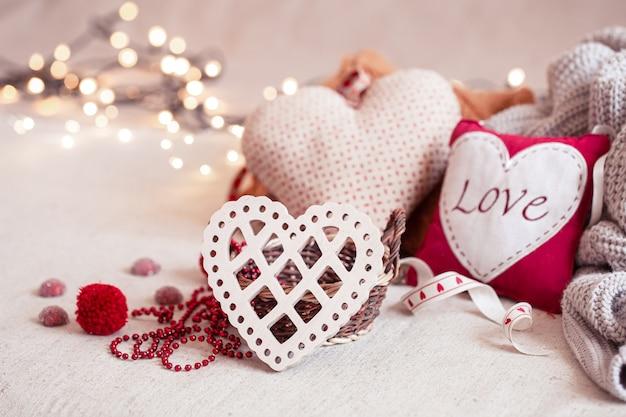 Mooie dingen voor decoratie voor valentijnsdag op een onscherpe achtergrond met boke.