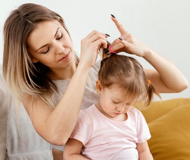 Mooie dochter en moeder samen tijd doorbrengen