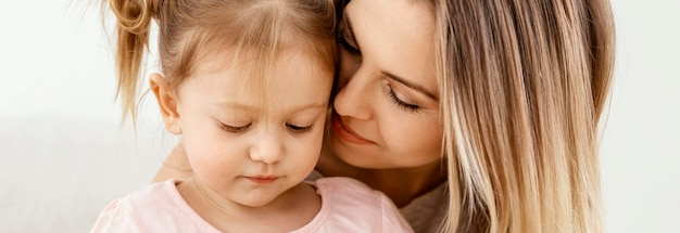 Mooie dochter en moeder tijd samen thuis doorbrengen
