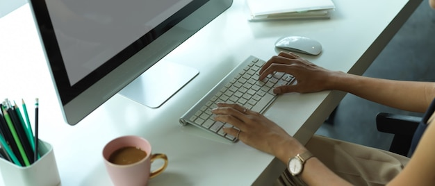 Mooie donkerbruine vrouw die in haar bureau werkt
