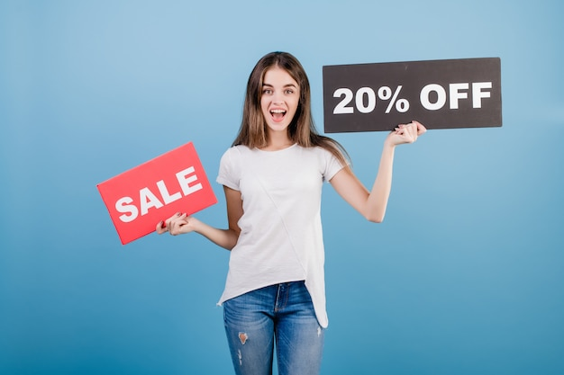 Mooie donkerbruine vrouw met de banner van het de verkoopteken van de copyspacetekst 20% die over blauw wordt geïsoleerd