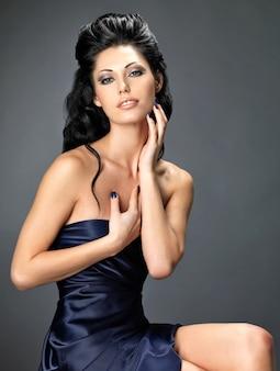 Mooie donkerbruine vrouw met lang creatief kapsel