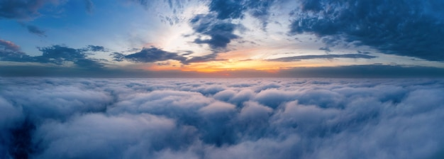 Mooie dramatische avondrood boven pluizige wolken vroeg in de ochtend vanuit de luchtfoto drone.