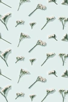 Mooie droogbloemen, kleine bloesems op zachtblauw.