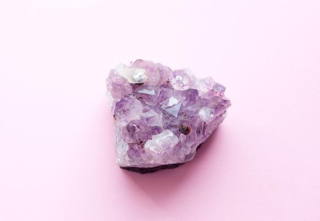 Mooie druse van natuurlijke paarse minerale amethist geïsoleerd