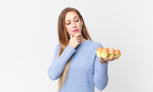 Mooie dunne vrouw met een eierdoos