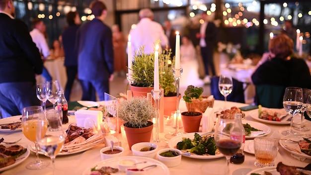 Mooie dure tafel voor een romantisch diner met kaarsen en rode rozen