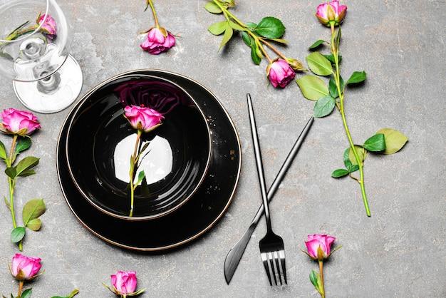 Mooie eenvoudige tafelsetting op grijs
