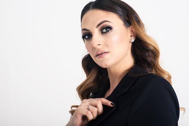 Mooie elegante bedrijfsvrouw op grijs