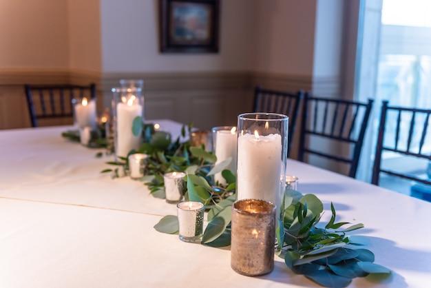 Mooie elegante bruiloftstafel ingericht met bloemcomposities en kaarsen